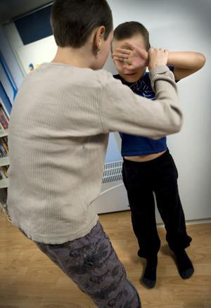 Sätt stopp. Barn måste få lära sig att inte bara stå och titta på när deras kompisar far illa, skriver Anita Muchilwa Wallén. (Bilden är arrangerad)foto: scanpix