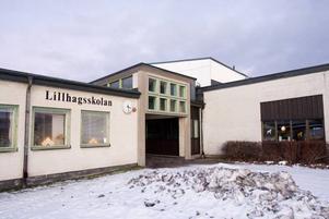 Tid och kraft. Beredningen av den nya skolorganisationen i Bomhus har varit påfrestande, tycker Jens Leidermark, s, barn- och ungdomsnämndens ordförande.Läggs ned. Trots protester från föräldrar och elever lägger Gävle kommun ned Källöskolan 2012. Eleverna flyttas över till Källmurskolan, som blir en F–6-skola.Upprörda. Alliansens företrädare var upprörda efter fredagens beslut. Morgan Darmell, m, och Mats                                                             Ivarsson, fp, anser att Albert Gibbs, v, inte har uppträtt schysst.  Foto: David HolmqvistRenoveras. Renoveringen av                                                  Lillhagsskolan startar tidigast 2011 och läsåret 2012/2013 kommer                                        samtliga högstadieelever att vara samlade på skolan.