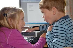 När LT besökte Svenstaviks skola fick barnen i första klass skriva ner saker som de kan. Mira Hägred och Ville Silversnö gillar att arbeta med datorer i undervisningen.