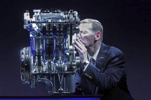 Mindre motorer har blivit ett mantra för bilindustrin. Fords chef Alan Mulally var så lycklig över den nya lilla trecylindriga motorn att han kysste den vid presentationen i tyska Köln.Foto: Friedrich Stark
