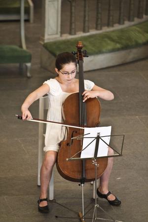 Alma Ullén spelade cello i kyrkan.