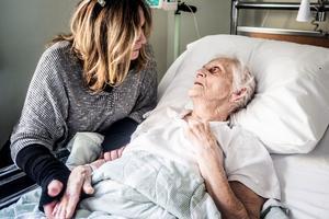Marit Manfredsdotter besöker mamma Märta Åslund som nu legat tre veckor på sjukhuset i Östersund.– Jag har blivit misshandlad av vården, jag trodde jag skulle få hjälp när jag behövde det som bäst, men verkligheten såg helt annan ut, säger Märta.