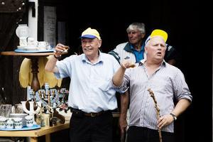 Skål! Auktionisterna Bengt Olov Kollin och Christer Johansson inleder auktionen med lite Trocadero.