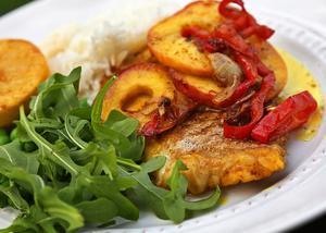 Currystekt äpple och paprika är gott till fisk. Stekta citronhalvor ger rätten extra fin smak.