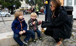 Sonen Lennox, dottern Lilly och Peter Forsbergs sambo Nicole Nordin var spända på att få se den nya båten.