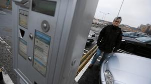 Mikael Axelsson menar att han blev lurad att betala parkeringsavgift i fel automat.