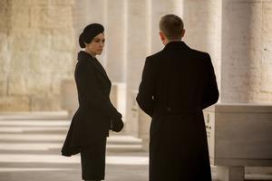 Monica Bellucci som Lucia Sciarra och Daniel Craig som James Bond i
