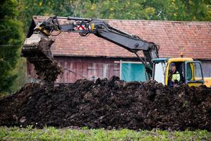 Polisen gräven även cirka 50 meter från platsen man undersökte under gårdagen.