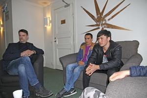 Mahdi Mohammedi, Suleiman Noori och Alireza Alavi (vars hand skymtar i förgrunden) talade ut med riksdagsledamoten Johanna Jönsson. Längst till vänster i bild syns Hans Johansson (C) som också deltog i samtalet.