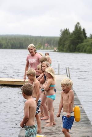 Det var en kall och regnig simskoleavslutning i Letsbo under torsdagen. Barnen visade vad de lärt sig under de två veckorna som simskolan varat och de fick simmärken.