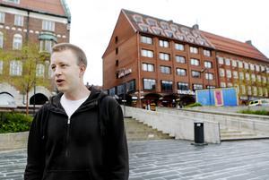Nisse Sandqvist har tillsammans med Hannes Nygårdh tagit initiativ till en manifestation mot Sverigedemokraterna.