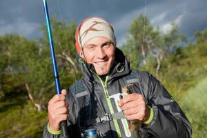 På bilden en glad Joel Jemander från Norrköping med sin livs första aborre fångad på kastspö!Foto: Petter Eurenius