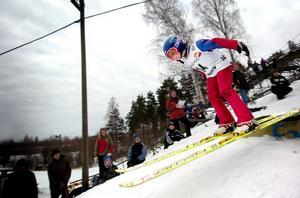 En flygande tiger. Valter Blomkvist från Holmen tävlade i den yngsta klassen, åtta år och yngre. Han tillhörde visserligen inte vinnarna. Men lille Valter är en av de små talanger som tänder hopp för backhoppningens framtid i Falun. I lördags hoppade han fyra meter.