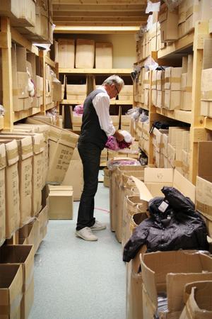 Varma täckoveraller för små barn ligger i de här kartongerna och väntar på att styckförpackas, för att sedan skickas ut till någon av återförsäljarna. Michael Lindberg visar en knallrosa variant.