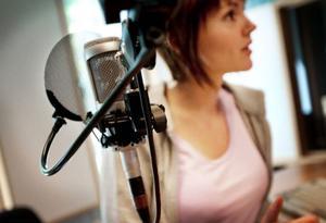 """På plats i studion – där gäller det att hålla koll på nerverna. """"Det är en riktig adrenalinkick att gå in i studion, även om man är stressad inför sändningen måste man lugna ner rösten"""", säger Helene Nyberg, som hittade sitt drömvikariat på Radio Jämtland. Foto: Håkan Luthman"""