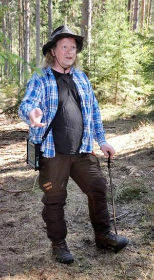 Arkeolog Carl-Johan Olofsson guidade vid arkeologisk vandring på Myssjönäset.   Foto: K-G Jirdén