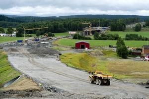 Den nya E4-dragningen genom Njurunda blev verklighet efter närmare 60 års diskussioner. Landbron i Västbo är omdiskuterad eftersom den berör vattentäkter och känslig fornminnesmark. Vägen öppnades den 15 november 2014.