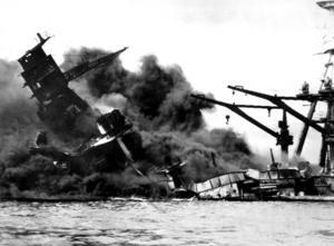 En klassisk bild från 7 december 1941. Det amerikanska slagskeppet USS Arizona har träffats av bomber från japanskt attackflyg och går sakta till botten. Skeppet har aldrig bärgats och ligger fortfarande kvar på botten av hamnen. Arkivbild.   Foto: AP/TT