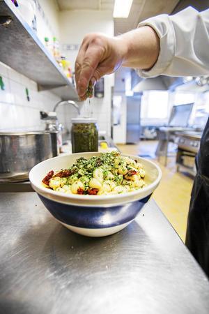 Den som arbetar kar i Backe får arbeta utan kollegor i köket.