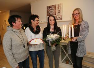 Lotta Eriksson och Anna Westling från Mö Finns lämnade över blommor och luciakrona, Luciageneralen Gun-Lis Bergman bjöd Julia Eriksson på luciatårta.