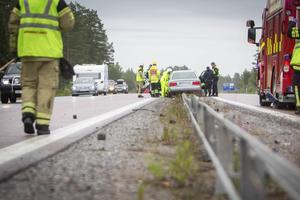 Den unga kvinnan hängde i ungefär 50 meter över vajerräcket med bilen innan hon lyckades få stopp på fordonet. Hon klarade sig utan allvarliga skador.