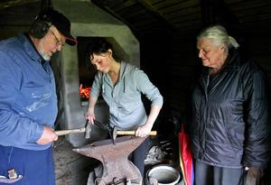Inga-Lill Boberg imponerades av Angelina Petrovics färdigheter i smide. Här arbetar hon med en lampa. Bo Jonsson bistår med hammarslag.