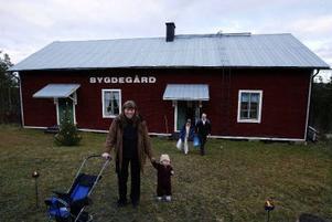 Sillreborna Eva-Lena Åkesson och Gustav, 16 månader, köpte bröd och senap på julmarknaden i Västanå Bygdegård.