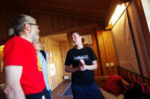 Christer och Anna Löfqvist från Eslöv stannade till på fjällstationen efter att ha kommit från Gåsenstugan. Här får de hjälp av Sarah med att planera en topptur upp på Helags.