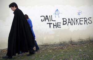 Tyngande skulder. Protest mot bankerna i Portugal, som blev det tredje landet att ansöka om nödlån från EU.foto: scanpix