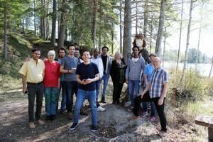 Åtta asylsökande från AlftaQuren besökte Svabensverk och Kolhusudden, där de ställer ut i sommar.