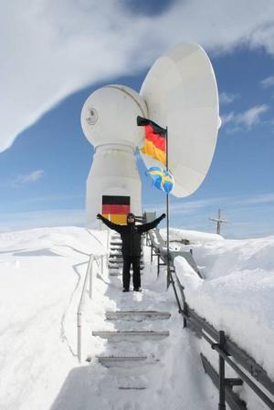 """JÄTTEANTENN. """"Att det finns en markstation så otillgängligt som i Antarktis beror på att läget för satellitmottagningsverksamheten är bra, eftersom satelliter i polära banor ofta passerar här"""", berättar Ulf Lindh i sin dagbok."""