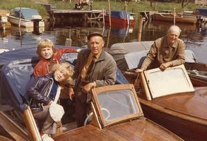 TEXTFÖRFATTAREN I KEPS. Helge Westerberg (1902–1993) och barnbarnen Dan och Åsa en solig dag någon gång omkring 1970. I båten till höger äldste brodern Erik Westerberg. Sången