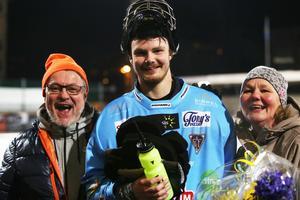 En glad familj på Zinken – målvaktshjälten Patrik Aihonen med pappa Tapio och mamma Eva.