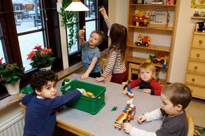 Adam, Melker, Lovisa, Erik och Markus är fem av de barn som finns inskrivna förskolan Humlan i Skräddarbacken. Foto:Claes Söderberg