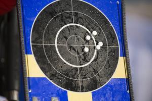 En samlad fin träffbild för Linn Persson i liggande skyttet, men för långt till höger så tre skott blev bom.