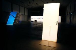 """Peter Kruses drömbild """"Händelse med dörr och bambukäpp 2008"""" visas på  Färgfabriken just nu."""