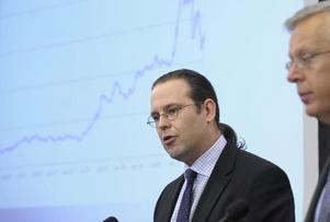 Finansminister Anders Borg och finansmarknadsminister Mats Odell presenterar åtgärder för att stärka bankernas kapitalbas vid en presskonferens på regeringskansliet i Rosenbad i Stockholm på tisdagen.