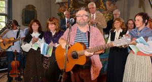 Peder Persson sjöng konsertens titelmelodi … ô rök stig från störrösä … I bakgrunden Vemdalskören.