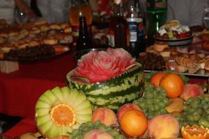 Då har man varit på ett vackert bröllop med vacker mat.Fruktbuffé. En vattenmelon som är formad som en vacker blomma.Se men inte röra!