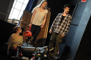 Regissören Moa Hellström Waldén håller koll på en repetition. I den här scenen är Emma Thuresson och Kenny Palm med.