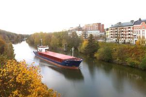 Fraktfartyg på väg norrut i Södertälje kanal.