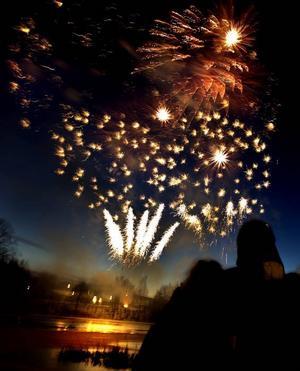 Sprakande himmel. Klockan fyra på onsdagseftermiddagen avfyrades nyårsfyrverkerierna vid Strömvallen.