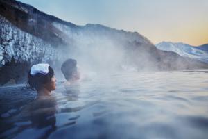 Att besöka en het källa, eller onsen som det heter i Japan, är ett sätt att få en inblick i det japanska samhället.