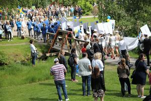 Studenter på väg mot Öjeparken.