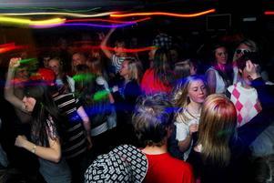 Festfixade tjejer och killar med mössorna neddragna långt över öronen vimlar runt till ljudet av klubbhits från dansgolvet eller AC/DC-covers från konsertscenen.Foto: Joakim Rolandsson