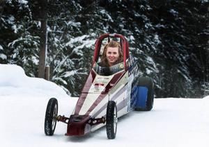 För bildens skull fick Nelly Nygaard posera i sin första dragracingbil hemma på Rödön. Den bilen har hon växt ur och nu ska hennes yngsta syster ta över den.Foto: Jan Andersson