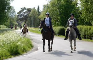 Budkaveln kommer. Värmlandsryttarna rider från Nykroppa och ska överlämna budkaveln till nya ryttare i Hammarn, Hällefors.