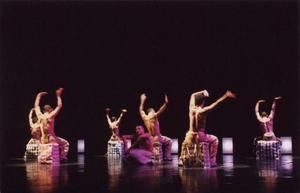 Franska danskompaniet Accrorap blandar hiphop, modern dans och akrobatik.Foto: Gilles Rundot