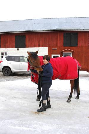 Hästar är livet för Eva Söderström. Nu har hon Märtas halvbror Yngve och shetlandsponnyn Devil hemma på gården.