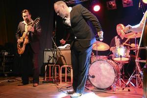 Blues i Bångbro. Tommy Moberg och Trickbag. På gitarr Tommi Leino. Vid trummorna Michael Johansson.